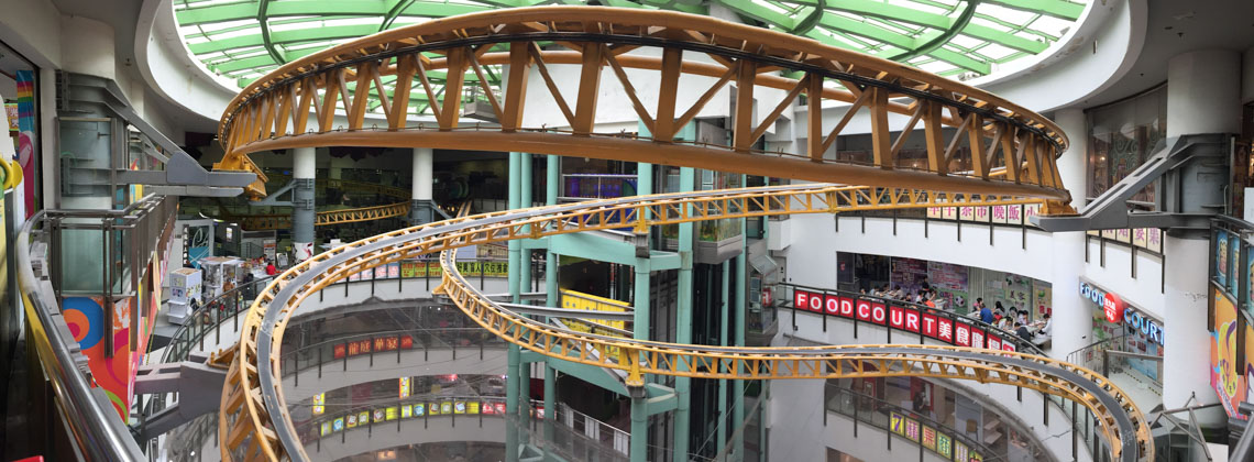 Die Achterbahn in der 9ten Etage eines Shopping Centers