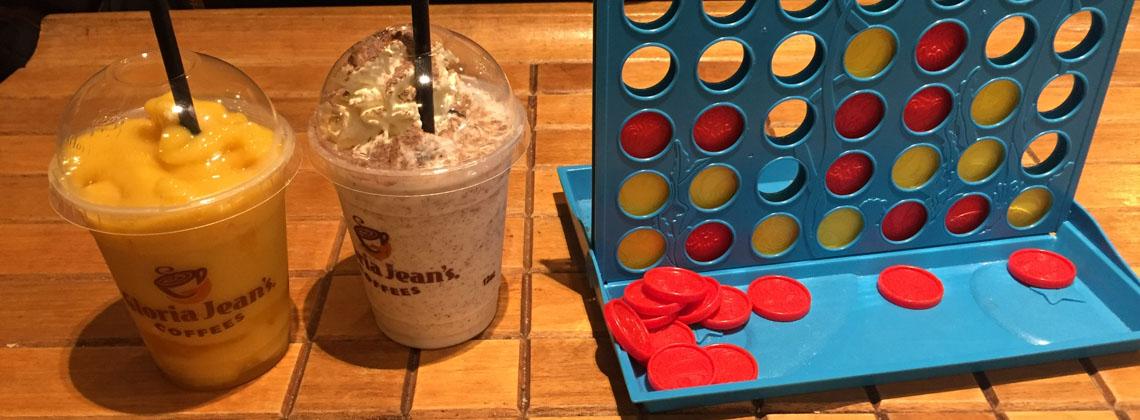 Die Sünde des Tages in Form von Eisschokoladen mit Sahne