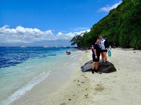 Steffi und Sebastian am Strand einer kleiner Seitenbucht von Apo Island