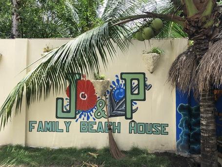 Das Eingangsschild des J&P Family Bwach House
