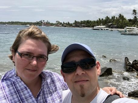 Wir am Strand von Malatapay