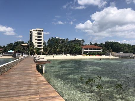 Die Hotelanlage von der Pier aus gesehen