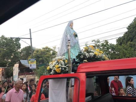 Eine der Heiligen auf Bohol die über die Landstrasse gebracht wird.