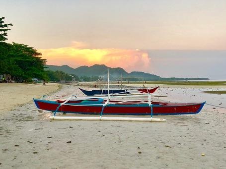 Ein Banka Boot am Strand von Anda im Sonneuntergang.