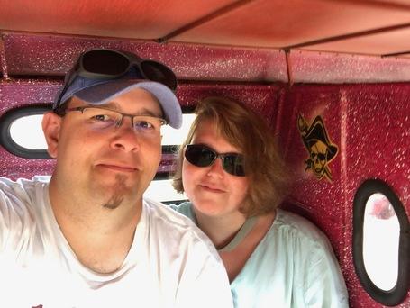 Sebastian Thoss und Steffi leicht spektisch in einem viel zu engen Tricycle