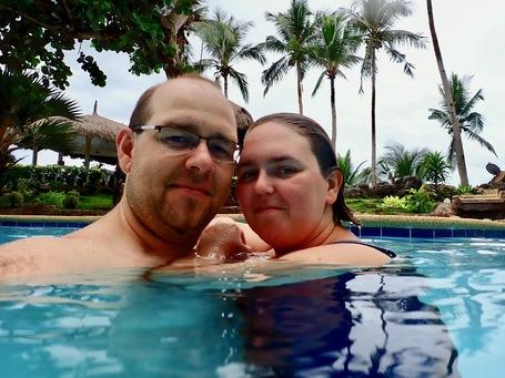 Steffi und Sebastian Thoss geniessen Ihre gemeinsame Zeit im Pool auf Bohol, Philippinen