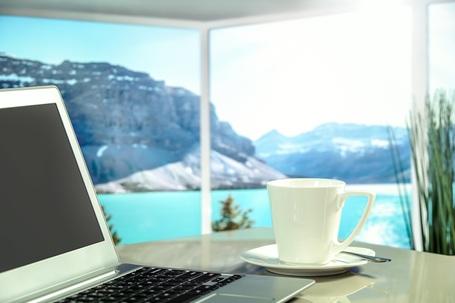 Laptop mit Kaffee und Aussicht