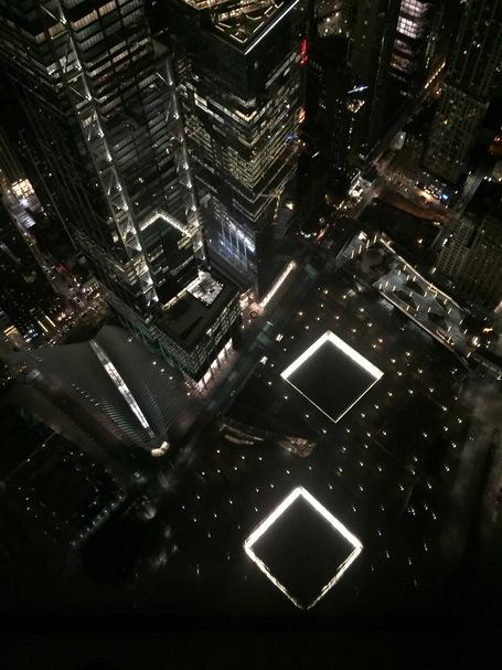 Die Wasserfälle der alten World Trade Center aus dem 100ten Stock des neuen One World Observatory