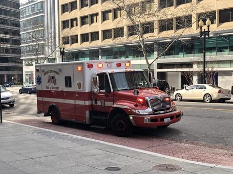 Ein Krankenwagen vorm Hotel