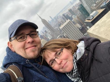 Wir zwei oben auf dem Rockefeller Center beim versuch Gesund auszusehen
