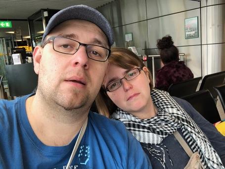 Wir zwei, voellig im Ar... am Flughafen Amsterdam