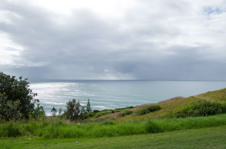 Die schöne Aussicht am Lenox Head auf das offene Meer