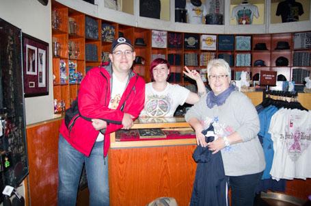 Meine Mutter und ich zusammen mit der Angestellten in Hard Rock Cafe Shop Surfers Paradise